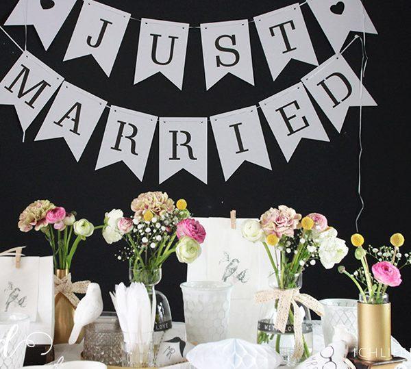 Hochzeitsdeko im Schwarz-Weiß-Look mit bunten Blumen