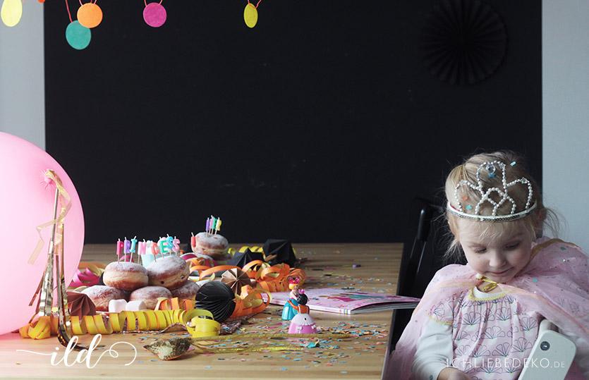 Faschingsparty für Kinder mit passendem Faschingsoutfit