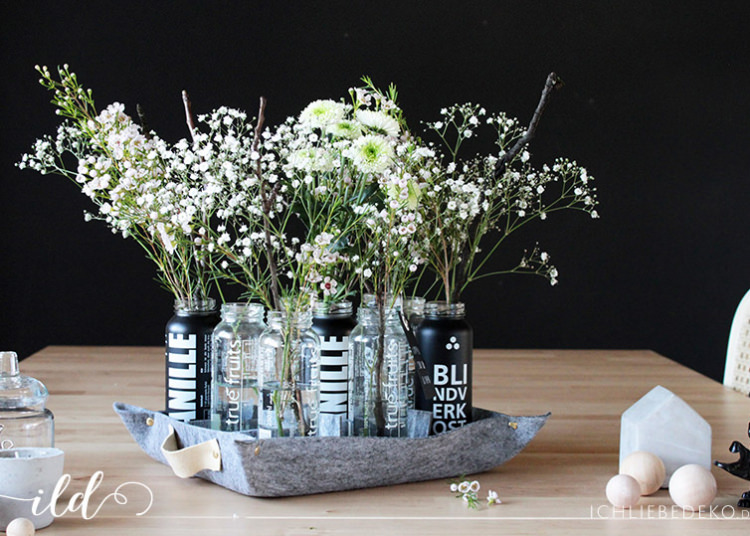 DIY Filztablett mit recycelten Smoothieflaschen als Vasen