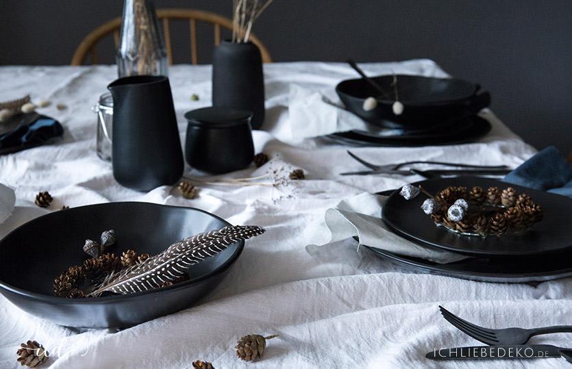 Trend: schwarzes Steingutgeschirr mit schlichter Wintertischdeko im Nordic-Stil