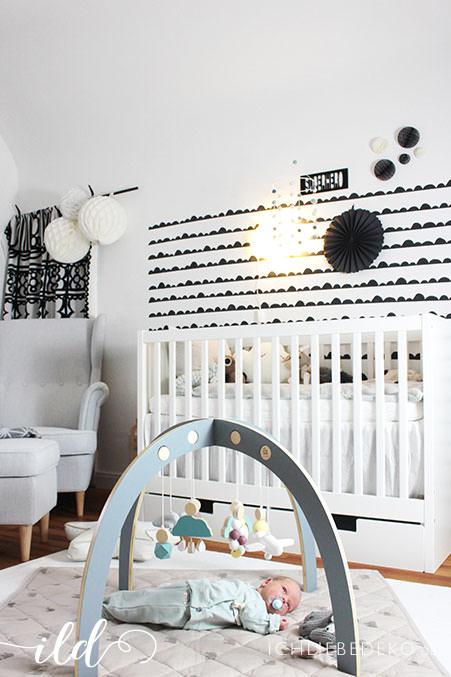babyzimmer-mit-spielbogen-aus-holz