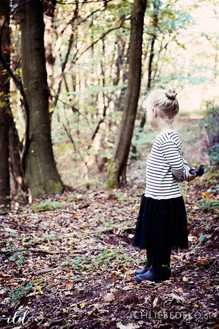 Beobachten-mit-Kindern-im-Wald