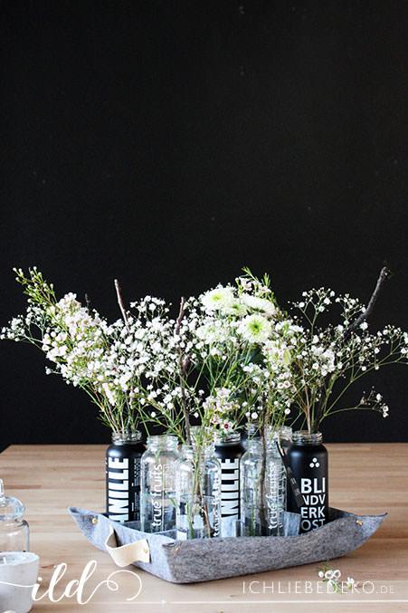 Blumen-in-Vasen-aus-Smoothieflaschen