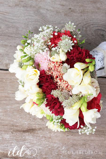 Brautstrauß-in-Rot-Weiß