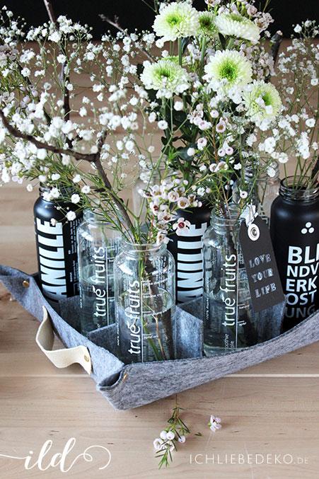 Filztablett-mit-recycelten-Smoothieflaschen-als-Vasen