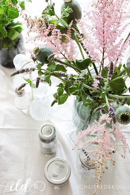 Frische-Sommerblumen-als-Tischdeko