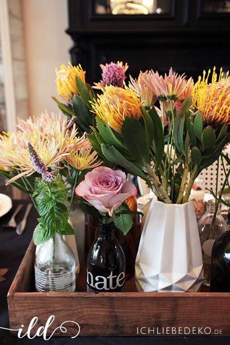 Herbstblumen-in-verschiedenen-Vasen