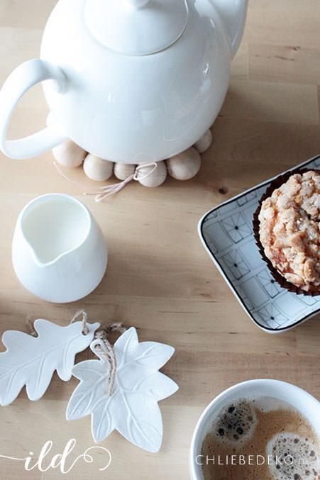 Kaffee-und-Kuchen-auf-weißem-Geschirr
