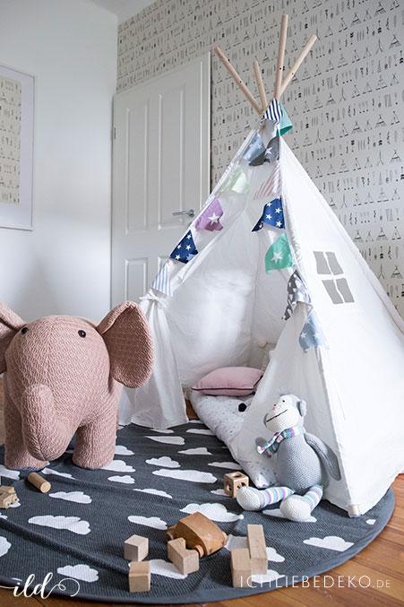 Kinderzimmer-mit-Tipi-und-Haekrlelefant-als-hocker