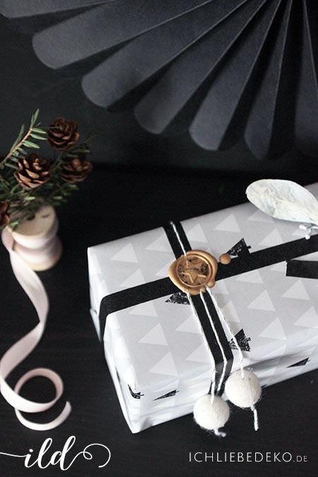 Kreative-Geschenkverpackung-mit-Siegel-und-Filzkugeln