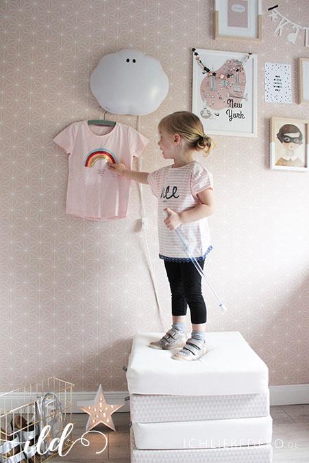 Mädchenzimmer-in-Rosa-mit-Wolkenlampe-und-Bildergalerie