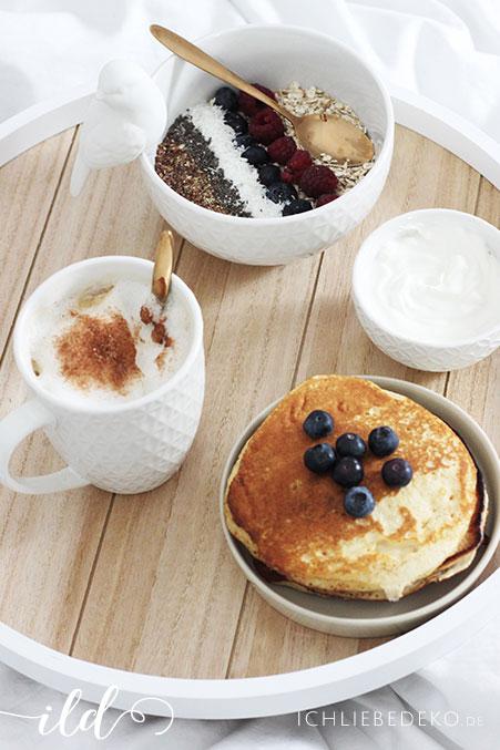 Müslibowl,-Kaffee-udn-Pancakes-zum-Frühstück