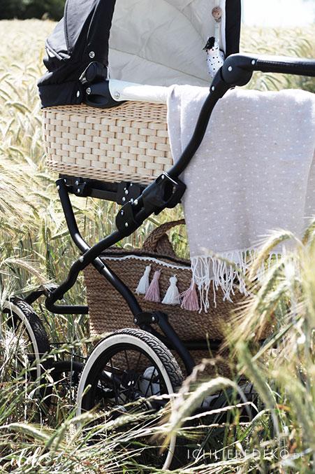 Mit-Kinderwagen-unterweh-im-Sommer