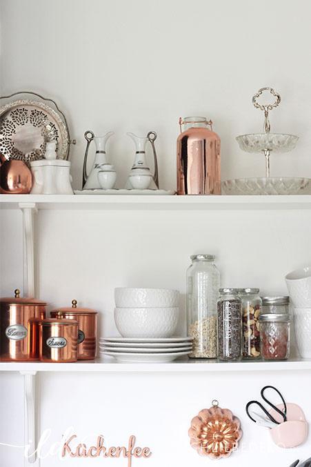 Offenes-Küchenregal-mit-Vintage-Accessoires-in-Weiß-un-Kupfer