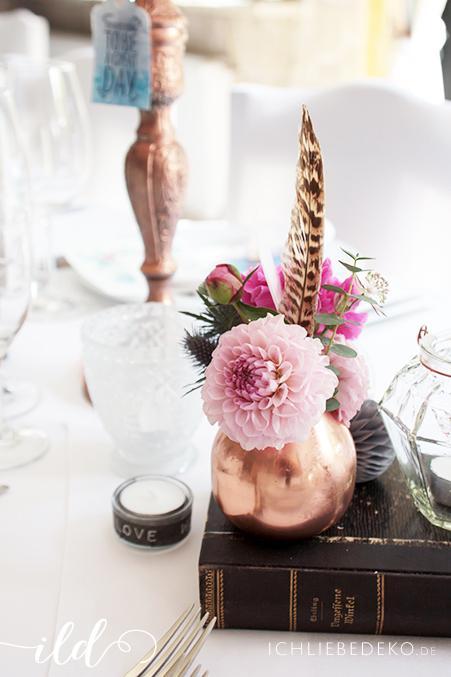Romantische-Hochzeitsdeko-mit-Kupfer-und-Federn