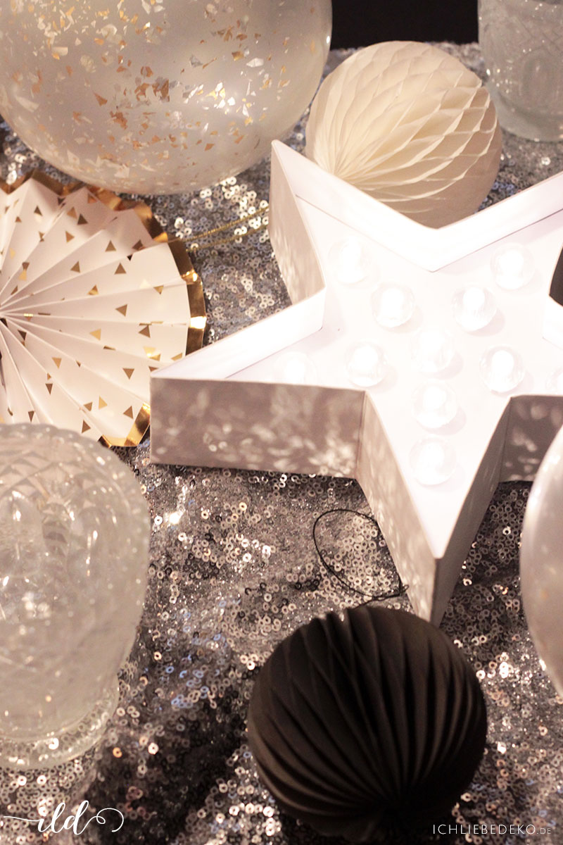 Silvesterdeko-mit-Wabenbällen-und-Sternen