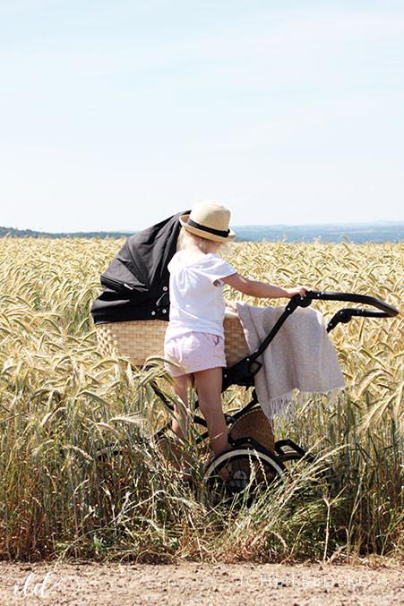 Sommerspaziergang-im-Kornfeld-mit-Retro-Kinderwagen