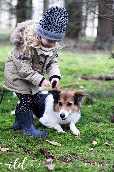 spaziergang-mit-kind-und-hund