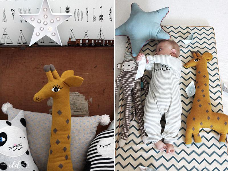 Spielen-auf-dem-Boden-im-Babyzimmer-mit-OYOY-und-Nobodinoz