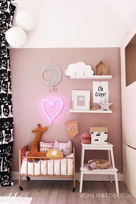 Stylisches-Kinderzimmer-in-zarten-Rosatoenen-und-Neonherz