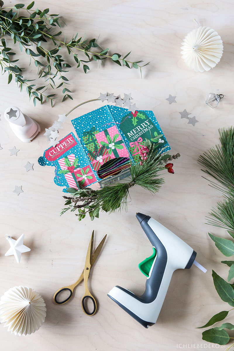 adventskalender-in-mini-weihnachtskranz-befestigen