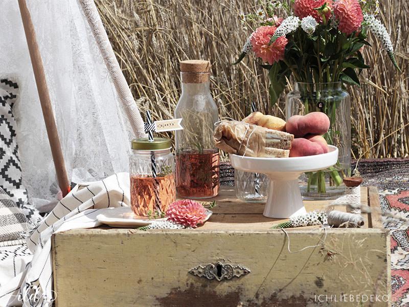 antike-schublade-als-tisch-beim-sommerpicknick
