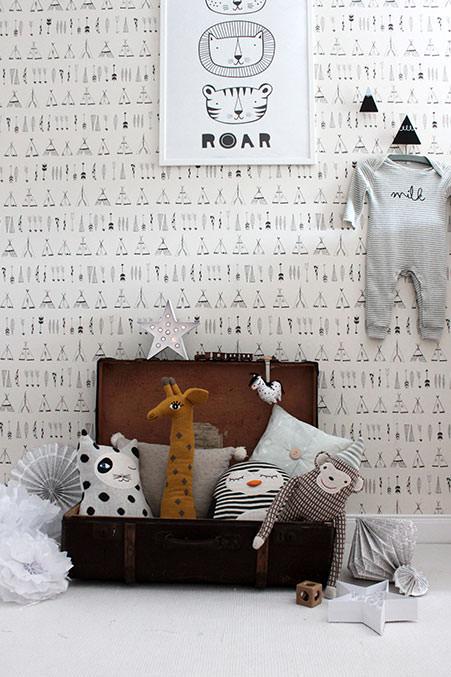 babyzimmer-im-monochrom-Look-mit-Kuscheltieren-von-OYOY