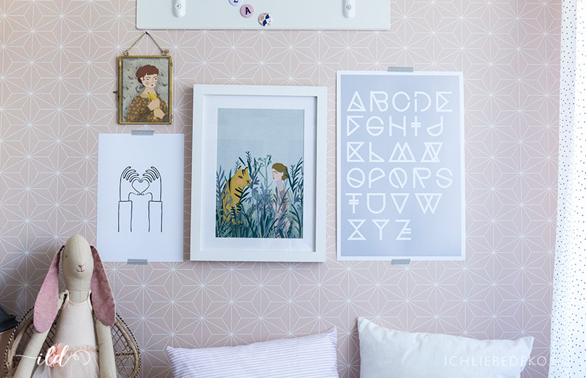 Wandgestaltung im Kinderzimmer mit neuen Postern und Bildern