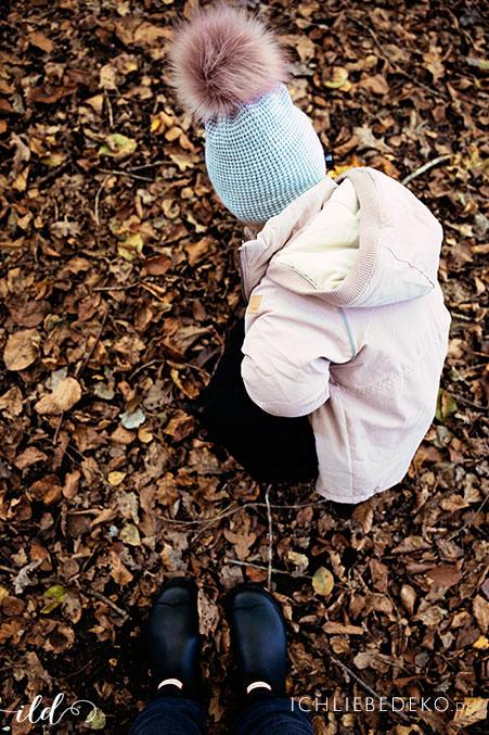 blaetter-erforschen-mit-kindern-beim-herbstspaziergang