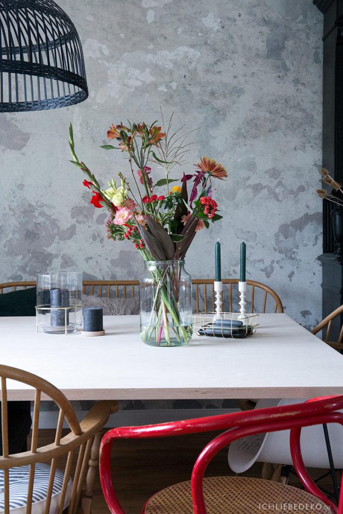 blumenstrauss-dekorieren-im-esszimmer