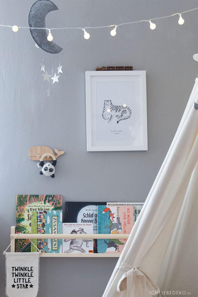 Bücherregal im Kinderzimmer
