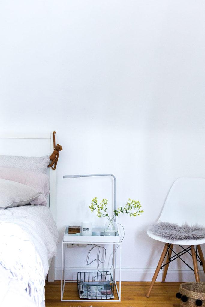 designertisch-von-hay-im-schlafzimmer-im-skandinavischen-stil