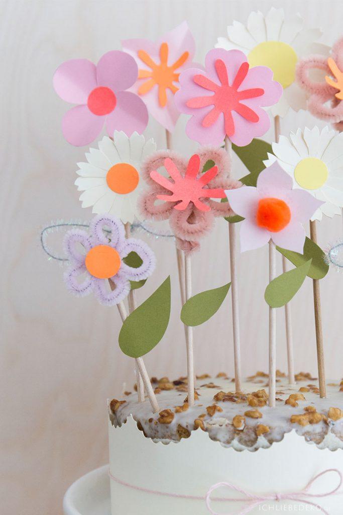 diy-papierblumen-caketopper-in-fruehlingsfarben