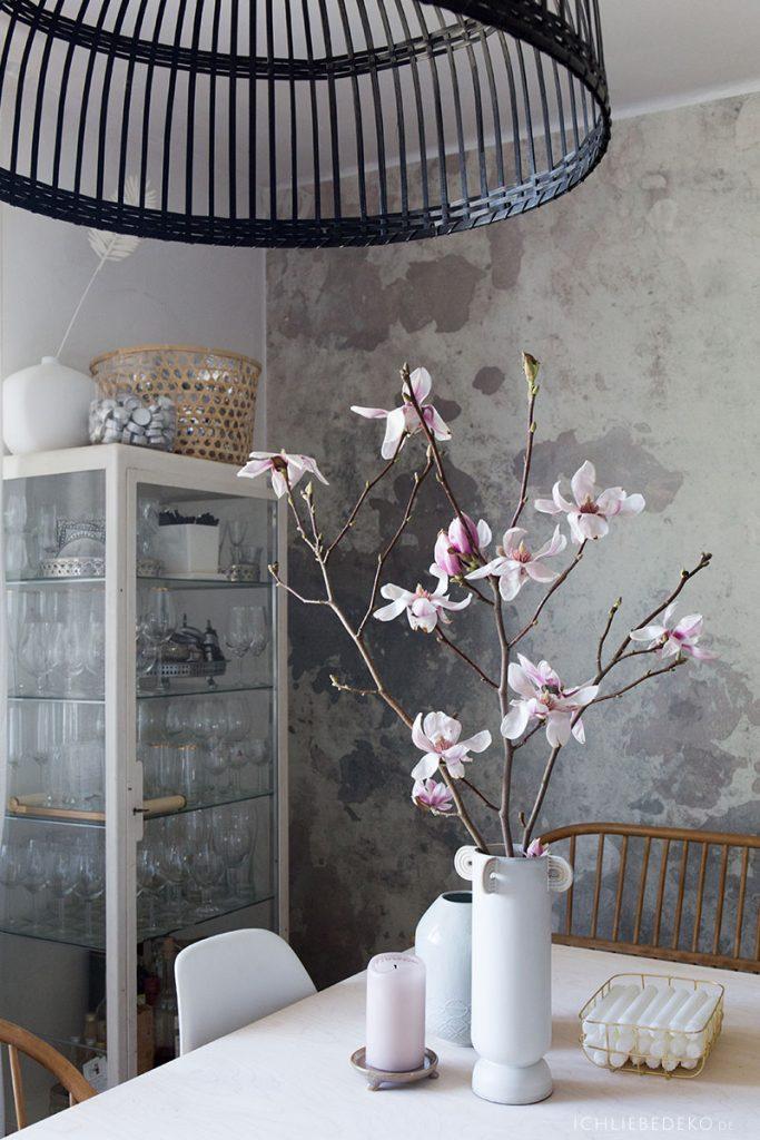 esszimmer-im-scandinavischen-stil-mit-vase-von-ferm-living