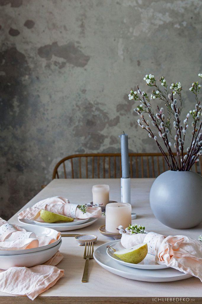 gedeckter Tisch in zarten Frühlingsfarben