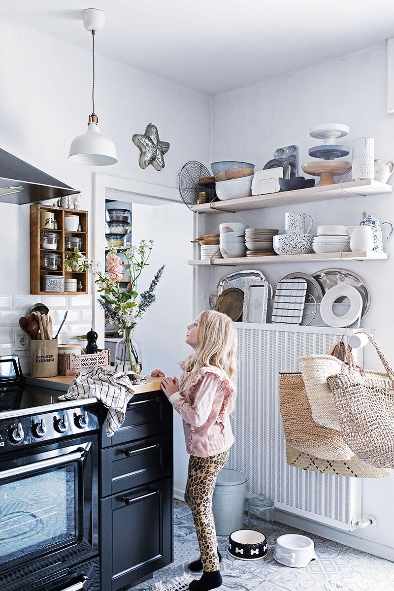 Frische Blumen in der Küche arrangieren