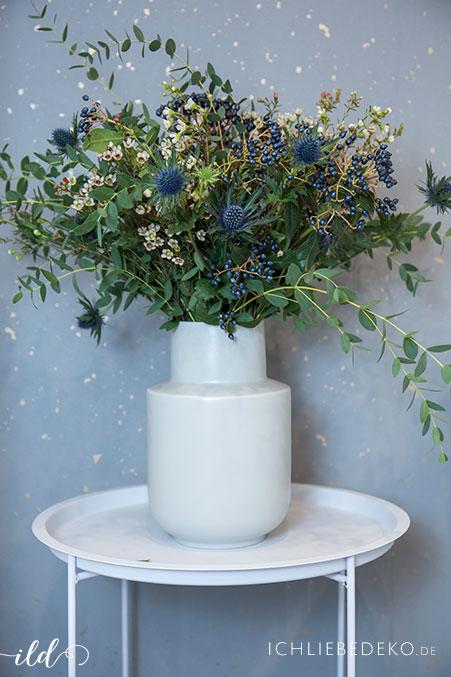 frischer-Winter-Blumenstrauss-im-homeoffice