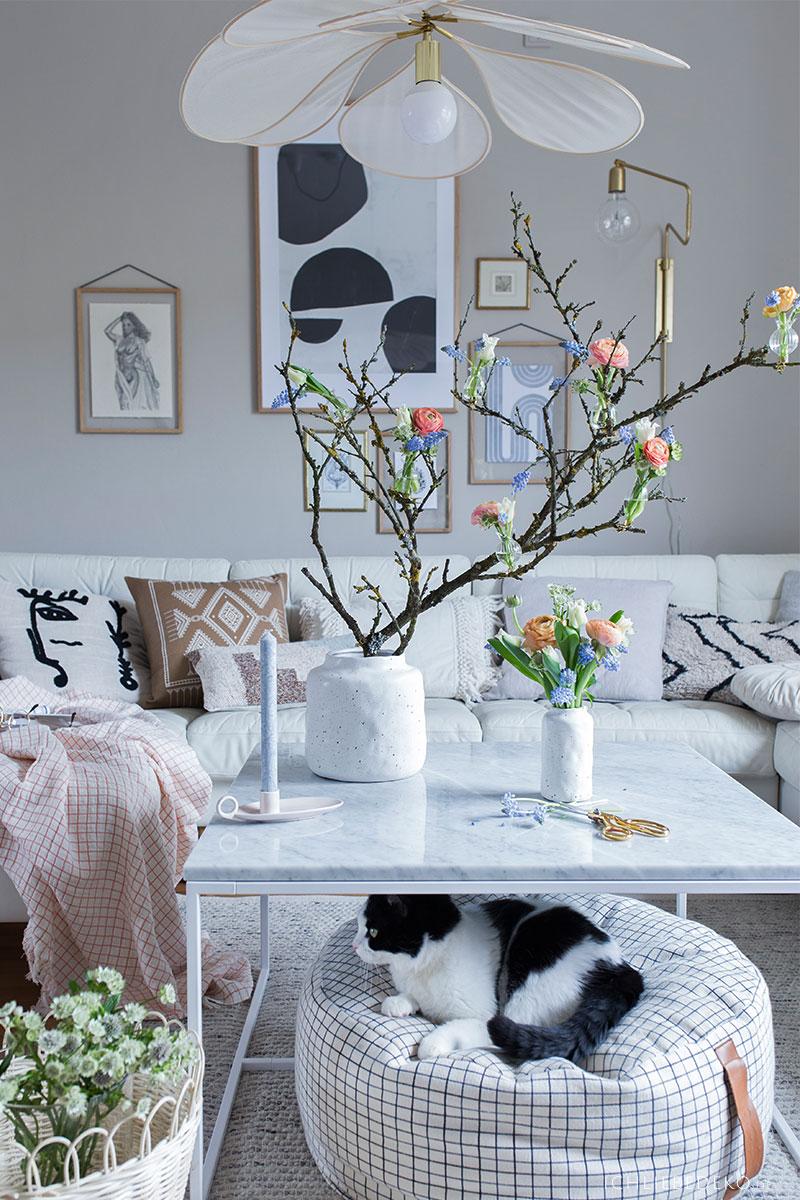 fruehblueher-als-dekoration-in-minivasen