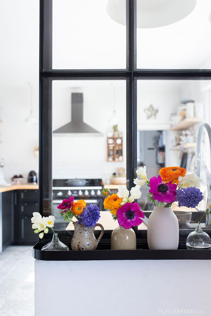fruehlingsblumen-in-einzelnen-vasen-verteilt