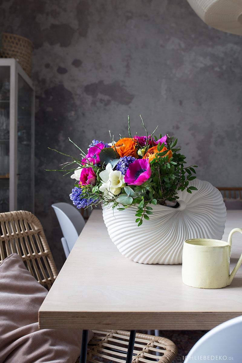 fruehlingsblumen-in-ferm-living-shellpot