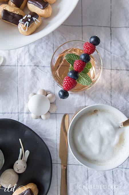fruehstuekstisch-mit-cappuccino-und-cocktail-mit-beeren