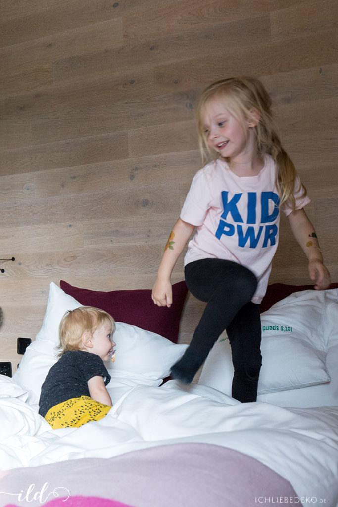 funtime-mit-kindern-im-hotelbett