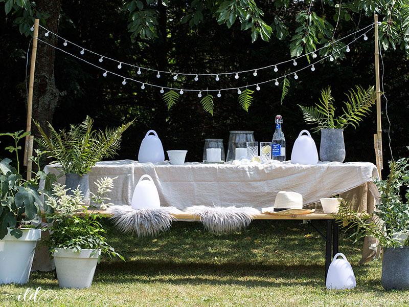 gartenpartydeko-mit-lichterketten-und-pflanzen