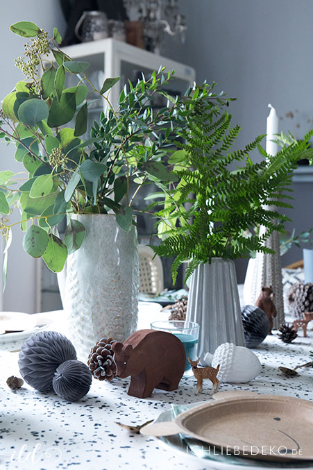 geburtstagstischdeko-im-waldlook-mit-eukalyptus-und-farn