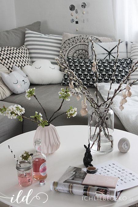 gemütliche-Wohnzimmerdeko-mit-Kissen-und-Blütenzweigen