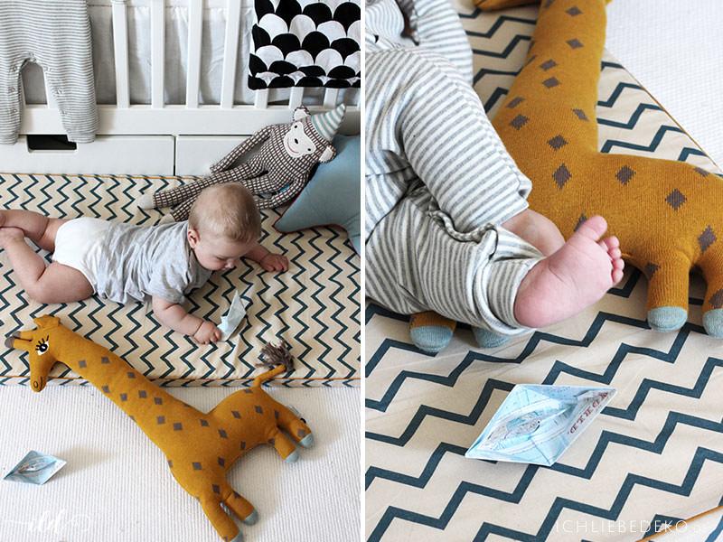gemuetlich-spielen-auf-dem-boden-mit-baby