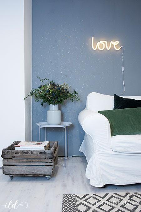 gemuetliche-Leseecke-mit-love-leuchtschriftgemuetliche-Leseecke-mit-love-leuchtschrift