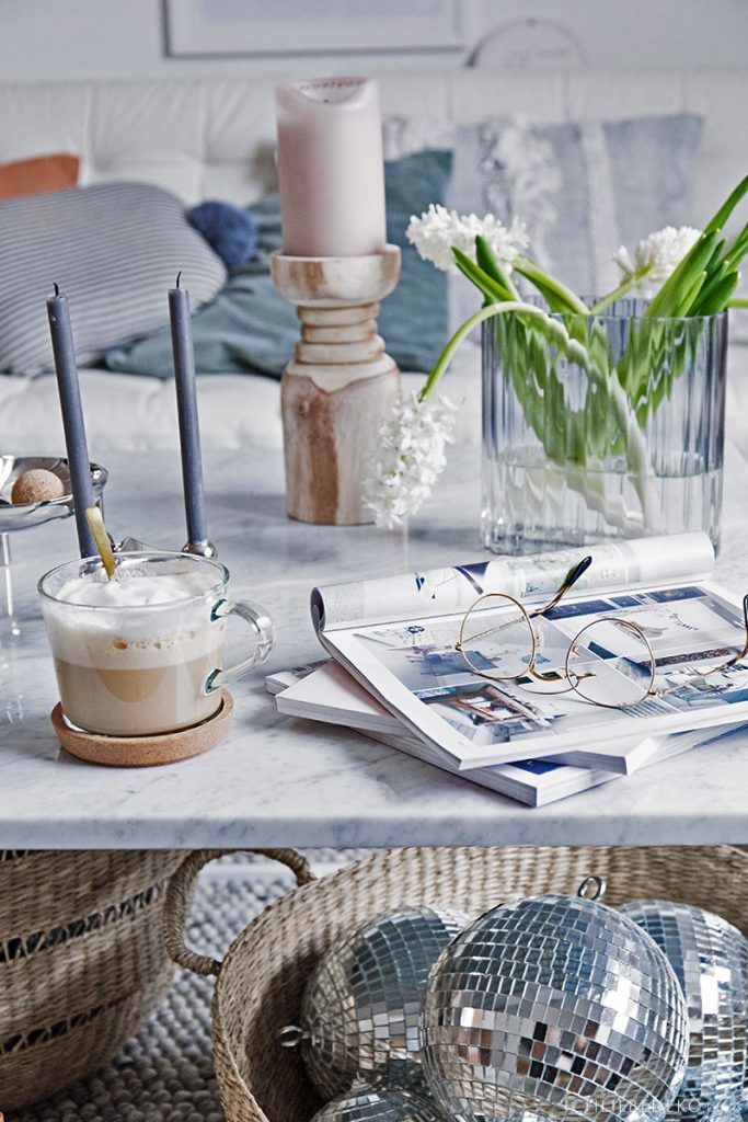 gemütliche Kaffeepasue mit Zeitschriften