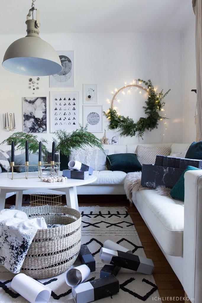 gemuetliche-weihnachtsdekoration-im-wohnzimmer-hygge