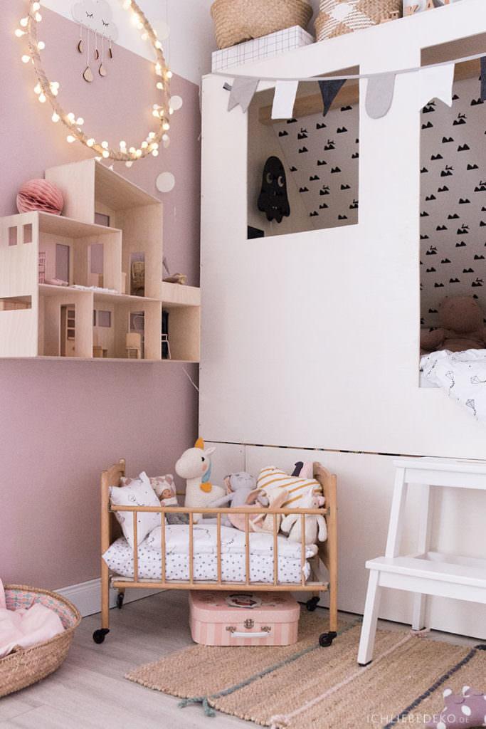 gemuetliches-maedchenzimmer-mit-puppenbett-und-puppenhaus-aus-holz